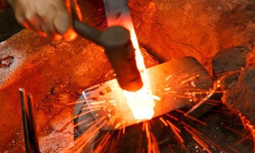 鍛冶の様子 鋼と焼き方にこだわる